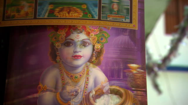 a holographic picture depicts images of a hindu deity on a market stall in devprayag.  - hologram stock-videos und b-roll-filmmaterial