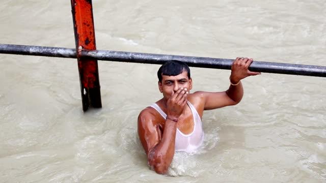 聖なるガンジス川、インドのウッタラーカンド州風呂 - indian ethnicity点の映像素材/bロール