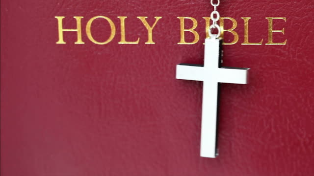 vídeos de stock e filmes b-roll de hd: bíblia sagrada - cruz equipamento religioso