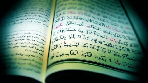 stockvideo's en b-roll-footage met heilige koran - tegenspoed