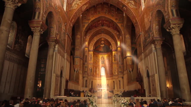 'holy rays of light' highlight a bridal party in the stunningly ornate, gilded cathedral of monreale in palermo, sicily, italy - religioni e filosofie video stock e b–roll