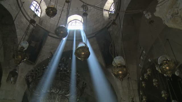 vídeos de stock e filmes b-roll de ws la pan holy sepulcher interior with sunbeams through windows / jerusalem, israel - israel
