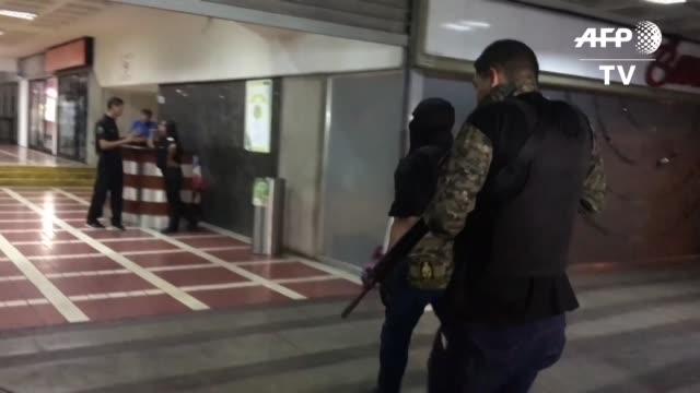 hombres armados y con el rostro cubierto irrumpieron este viernes en la sede en caracas del partido del opositor juan guaido un día antes de una... - hombres stock videos & royalty-free footage