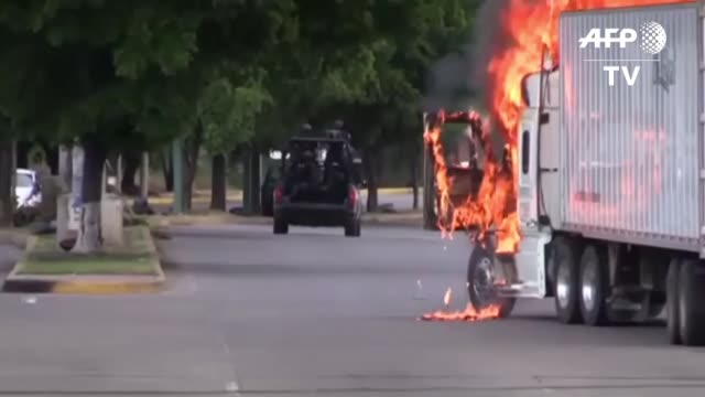 hombres fuertemente armados libraron el jueves una feroz batalla contra las fuerzas de seguridad en cualiacan una ciudad del estado de sinaloa... - hombres stock videos & royalty-free footage