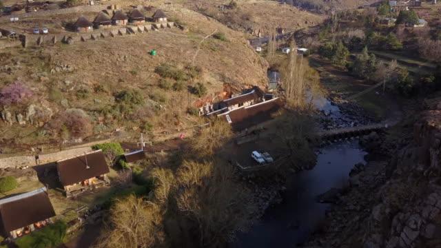レソトの丘に沿って家 - 掘建て小屋点の映像素材/bロール
