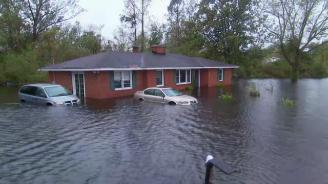 vídeos y material grabado en eventos de stock de home and two cars submerged in flood waters from hurricane florence in new bern, north carolina on september 15, 2018. - environment or natural disaster or climate change or earthquake or hurricane or extreme weather or oil spill or volcano or tornado or flooding