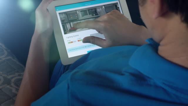 ホーム オートメーションおよびスマート ホーム技術 - 照明制御 - 操作する点の映像素材/bロール