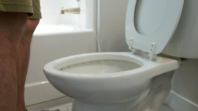 vidéos et rushes de accueil salle de bain en cours d'utilisation - être debout