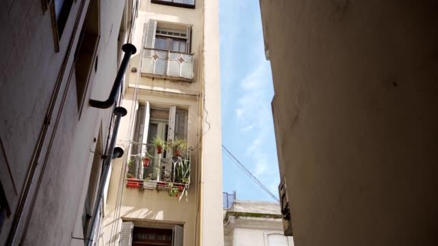 vídeos de stock, filmes e b-roll de edifício home ao ar livre - facade