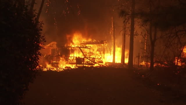 home burning during the camp fire fire in magalia, california. the camp fire was the deadliest wildfire in california history in 2018. - zerstörung stock-videos und b-roll-filmmaterial