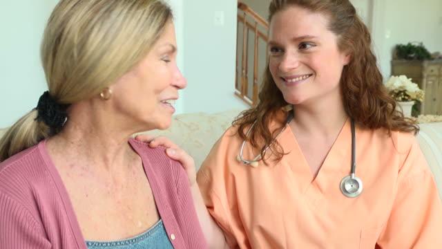 altenpfleger und weibliche patienten - hausbesuch stock-videos und b-roll-filmmaterial