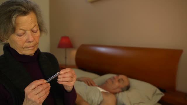 altenpfleger-die temperatur - fieber stock-videos und b-roll-filmmaterial