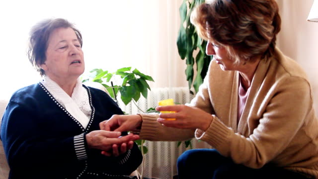 vídeos y material grabado en eventos de stock de cuidador en el hogar - asistente sanitario