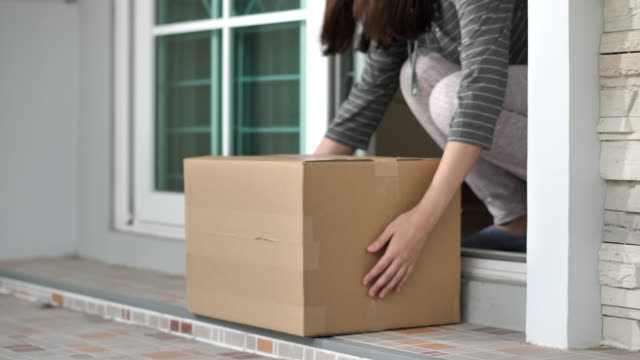 vídeos de stock e filmes b-roll de home delivery package on doorstep - e commerce