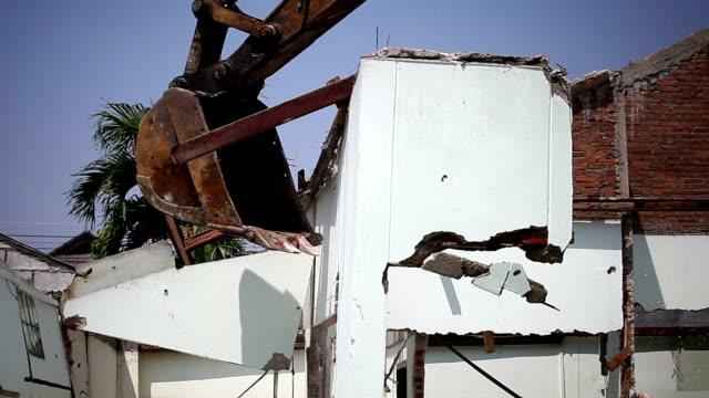 vidéos et rushes de maison détruite par backhoe - parpaing
