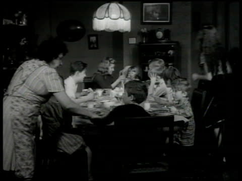 vidéos et rushes de home. dining room w/ 10 dirty children in room, girl fighting w/ boy, older children feeding crying baby, boy taking soup from girl, boy playing w/... - famille d'accueil