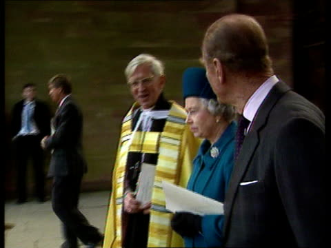 vídeos y material grabado en eventos de stock de queen attends en u'lay england coventry coventry cathedral queen elizabeth ii along with prince philip the duke of edinburgh as arriving for service... - coventry