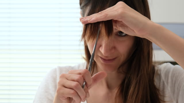 vídeos de stock, filmes e b-roll de corte de cabelo em casa - só uma mulher de idade mediana