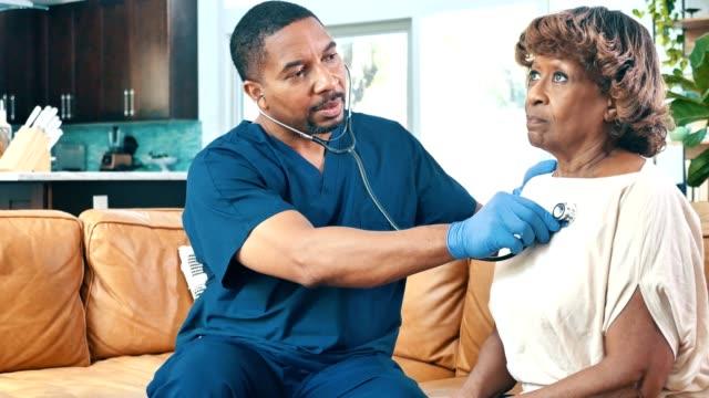 vidéos et rushes de l'infirmière de soins de santé à domicile vérifie les signes vitaux du patient féminin - poumon humain