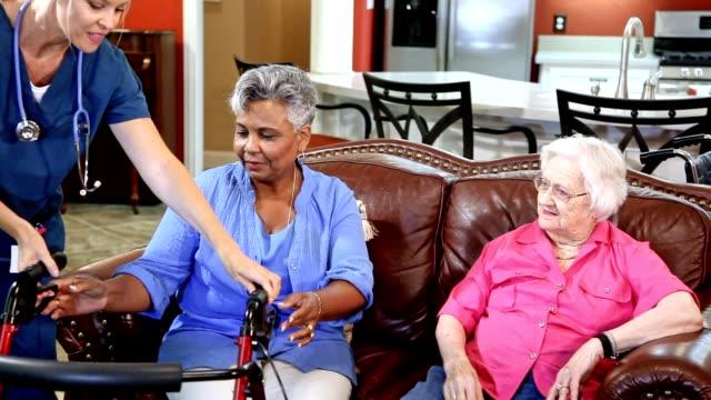 vídeos y material grabado en eventos de stock de enfermera profesional de la salud casa evalúa a pacientes adultos mayores en hogar de ancianos. - cuidador en el hogar