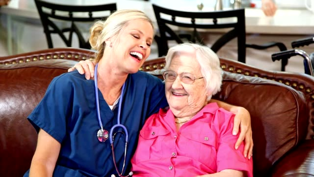 Home Gesundheit Krankenschwester wertet ältere Erwachsene Patienten im Pflegeheim.