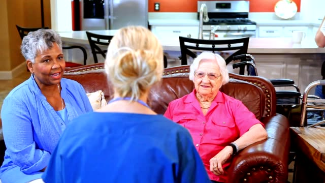 vídeos de stock e filmes b-roll de home healthcare nurse evaluates senior adult patients at nursing home. - comunidade de aposentados