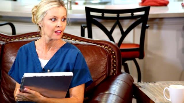 stockvideo's en b-roll-footage met huis gezondheidszorg verpleegster in gesprek met de patiënt. - huisbezoek