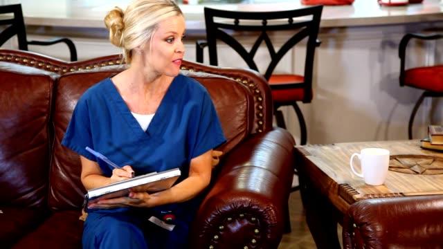 vidéos et rushes de accueil santé infirmière parler avec le patient. - visite à domicile