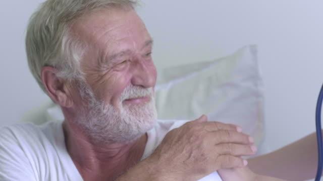 vídeos y material grabado en eventos de stock de enfermera de atención médica en el hogar con pacientes adultos mayores. - cuidado de personas de la tercera edad