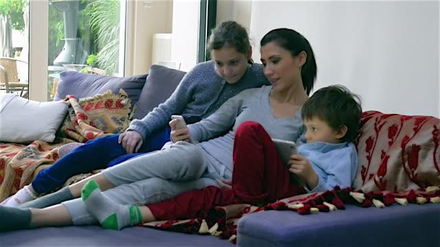 vidéos et rushes de la vie à la maison les jours de quarantaine - moyen orient