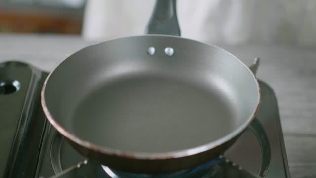 vídeos y material grabado en eventos de stock de inicio hacer panqueques - sartén