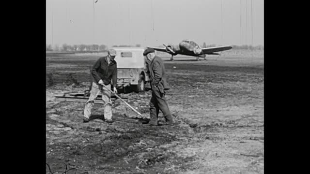 stockvideo's en b-roll-footage met 1952 home movie - airfield - 1952