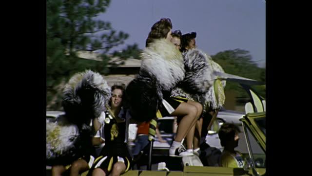 1980 home movie - baton twirlers and cheerleaders in parade - parad bildbanksvideor och videomaterial från bakom kulisserna