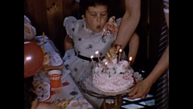 vidéos et rushes de 1954 home movie - birthday party for 5 year old girl - anniversaire