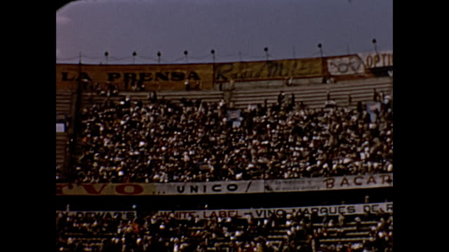 vidéos et rushes de 1954 home movie bull fighters in mexico city arena - 1954