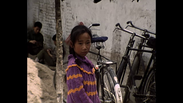 stockvideo's en b-roll-footage met 1969 home movie - chinese children - communisme