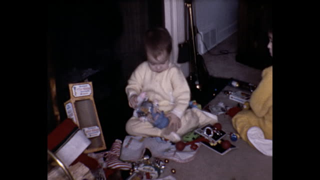 1975 home movie - christmas morning - anno 1975 video stock e b–roll