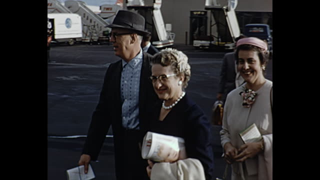 1960 home movie - flying to hawaii - 1960 stock-videos und b-roll-filmmaterial
