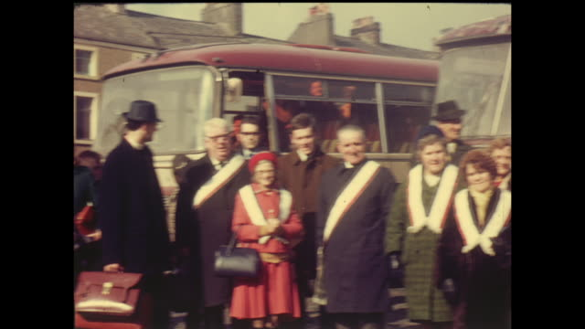 vidéos et rushes de home movie footage from a march by the orange order of protestants in belfast northern ireland circa 1964 - protestantisme