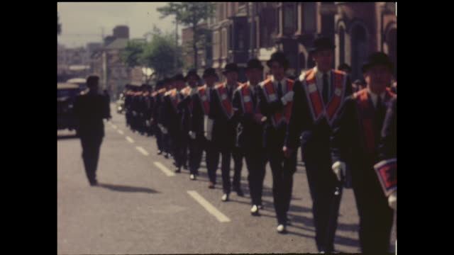 home movie footage from a march by the orange order of protestants in belfast, northern ireland circa 1964. - nordirland stock-videos und b-roll-filmmaterial