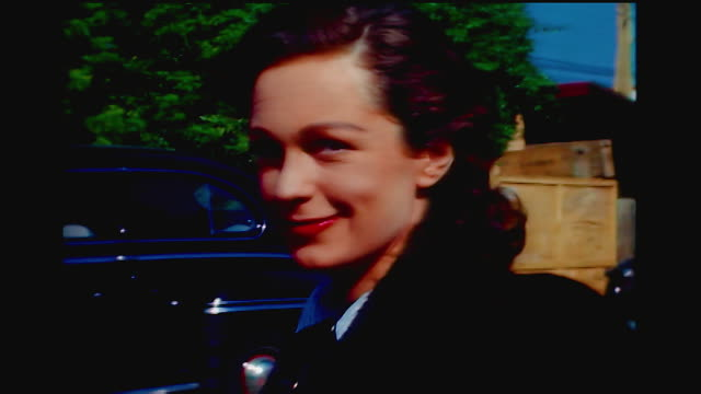 vidéos et rushes de home movie cu of geraldine fitzgerald signing an autograph from her car in hollywood california - actrice