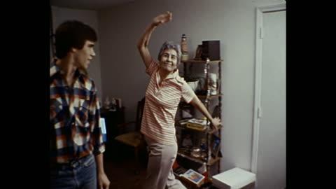 vidéos et rushes de 1980 home movie - grandmother poses/dances for camera - film d'amateur