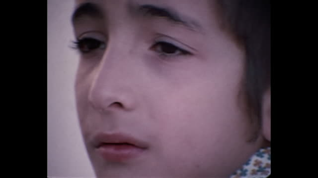 stockvideo's en b-roll-footage met 1969 home movie israel - close up of boy wearing kippah - orthodox jodendom