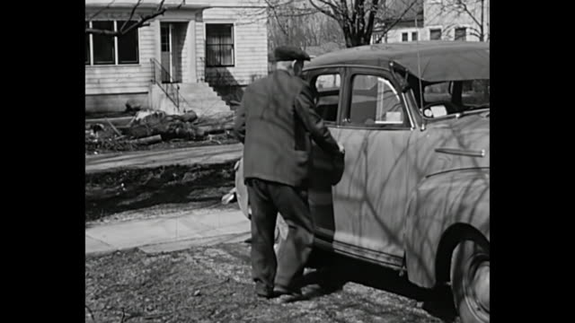 vídeos de stock e filmes b-roll de 1952 home movie - man enters into a right sided wheel vintage car - 1952