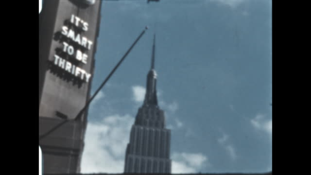 home movie of the empire state building in manhattan new york - empire state building stock-videos und b-roll-filmmaterial