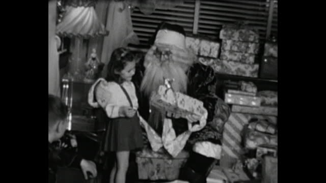 vídeos y material grabado en eventos de stock de 1948 home movie - santa claus passing out christmas gifts - vídeo casero