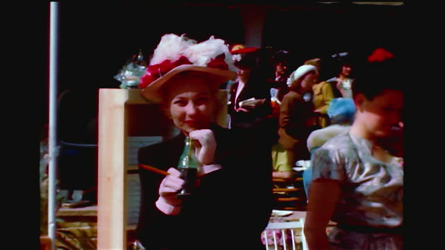 vídeos de stock e filmes b-roll de home movie shot of ann sothern drinking coca cola at a party. - celebridade