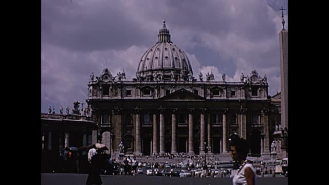 stockvideo's en b-roll-footage met 1964 home movie - st. peter's basilica rome, italy - toerist