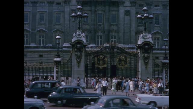 vídeos y material grabado en eventos de stock de 1965 home movie - trip to london - buckingham palace - palacio de buckingham