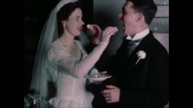 vídeos de stock e filmes b-roll de 1947 home movie wedding - couple cut and eat cake - lua de mel